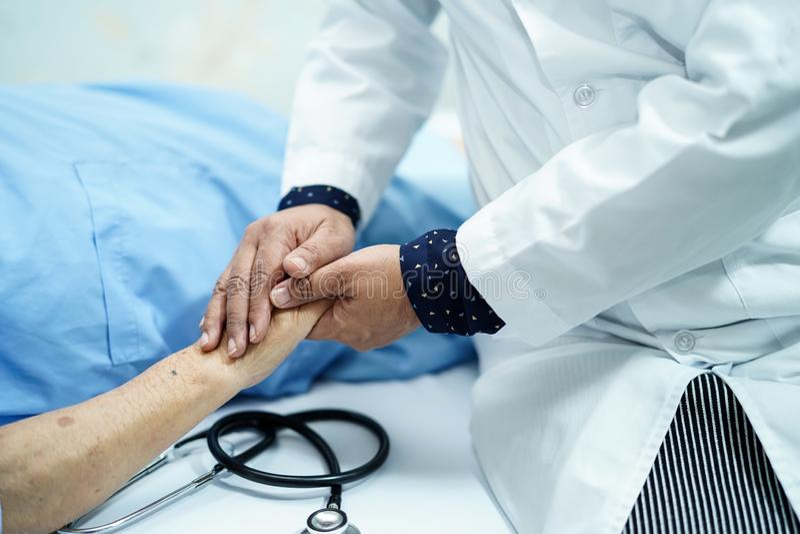 Doktor, der das Berühren Handdes asiatischen älteren oder älteren Frauenpatienten alter Dame mit Liebe, die Sorgfalt, helfend häl lizenzfreie stockfotografie