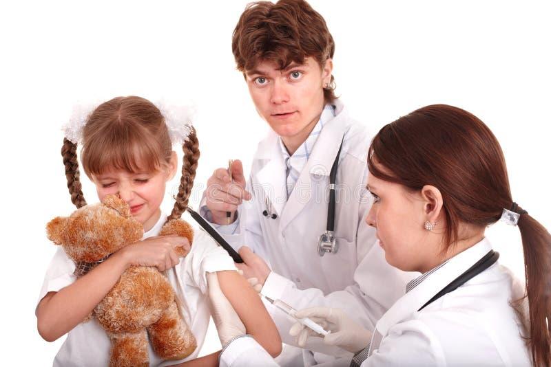 Doktor, der dem Kind im Arm Einspritzung gibt. stockfotos
