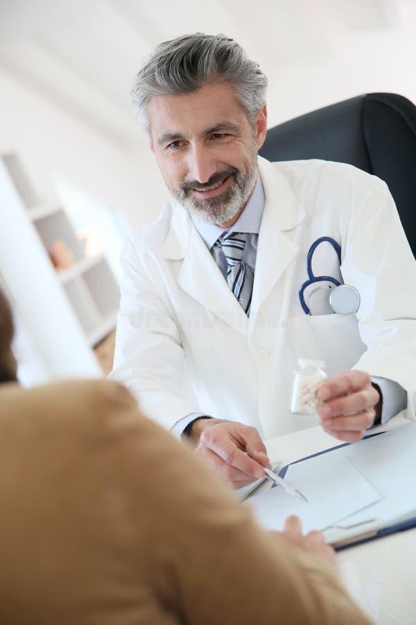 Doktor, der dem Patienten medizinische Verordnung gibt lizenzfreies stockbild
