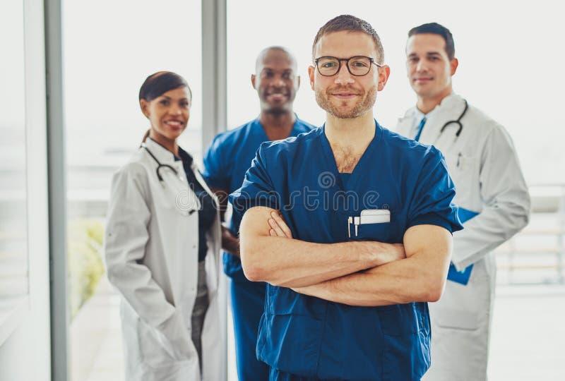 Doktor, der ein Ärzteteam führt stockbild