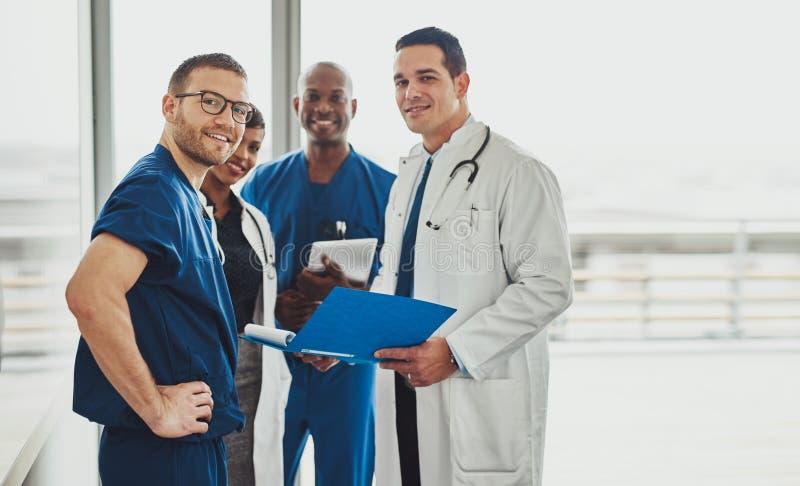 Doktor, der ein Ärzteteam am Krankenhaus führt lizenzfreie stockfotos