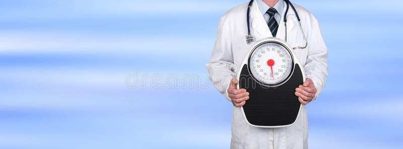 Doktor, der eine Gewichtsskala hält lizenzfreie stockbilder