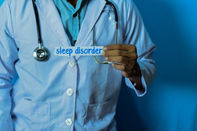 Doktor, der eine Karte mit Text Schlaf-Störung hält Medizinisches und Gesundheitswesenkonzept lizenzfreie stockbilder