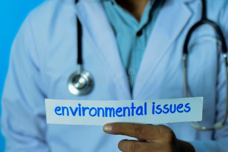 Doktor, der eine Karte mit Textumweltfragen hält Medizinisches und Gesundheitswesenkonzept stockbilder