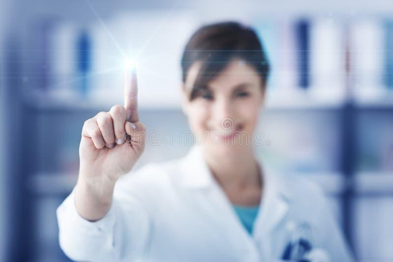 Doktor, der eine Touch Screen Schnittstelle verwendet lizenzfreies stockbild