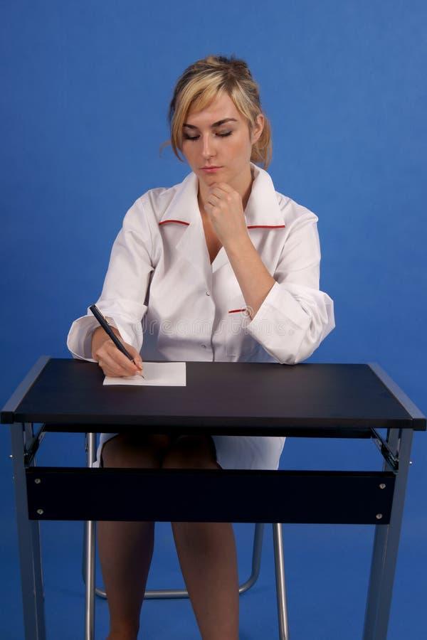 Doktor, der eine Verordnung schreibt stockbild