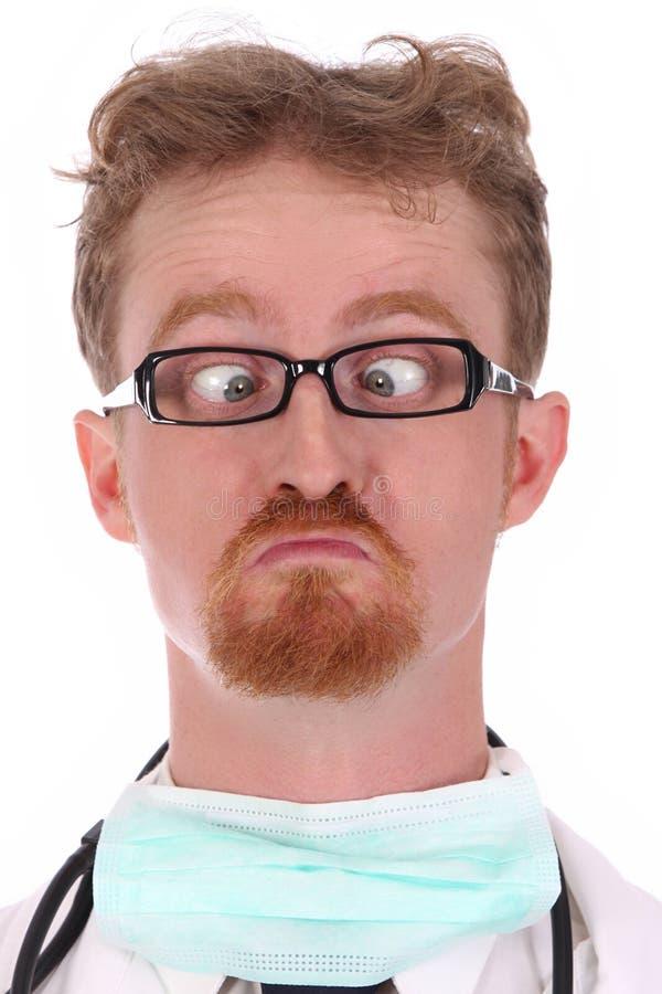 Doktor, der eine Wekzeugspritze schaut stockfotos