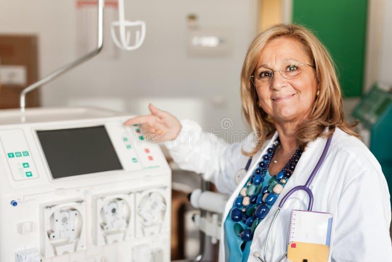 Doktor, der einen Dialysator zeigt stockfoto