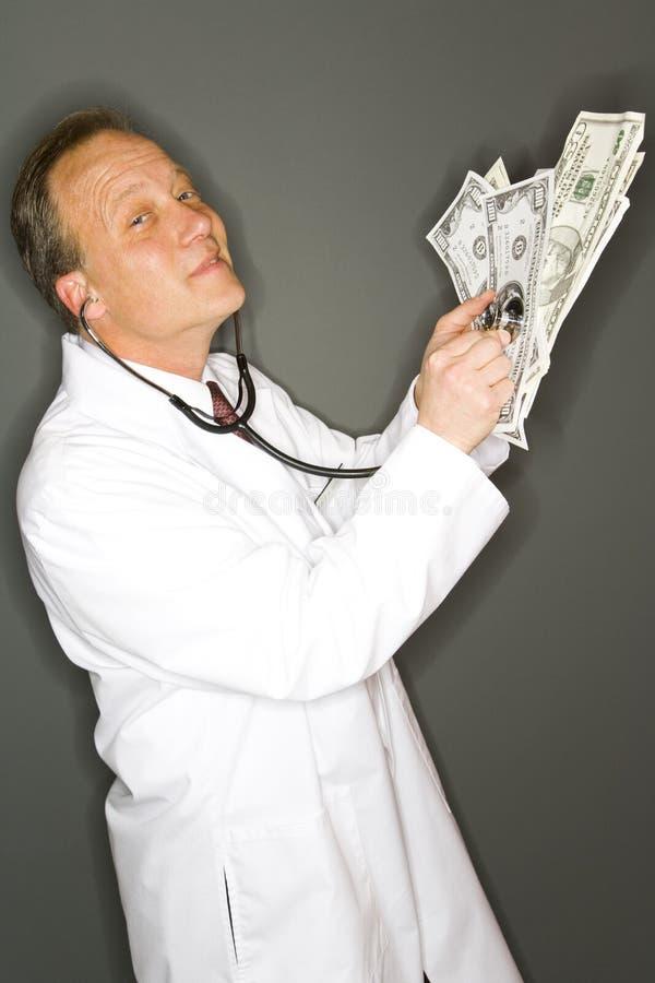 Doktor, der Finanzen überprüft stockfotos