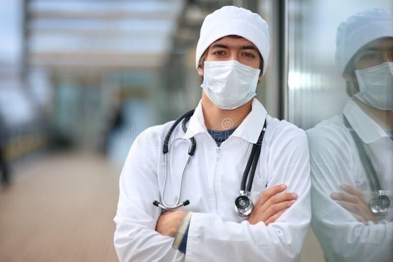 Doktor in der Gesichtsmaske lizenzfreie stockfotografie