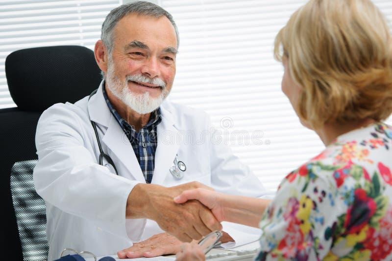 Doktor, der Hände zum Patienten rüttelt stockfoto