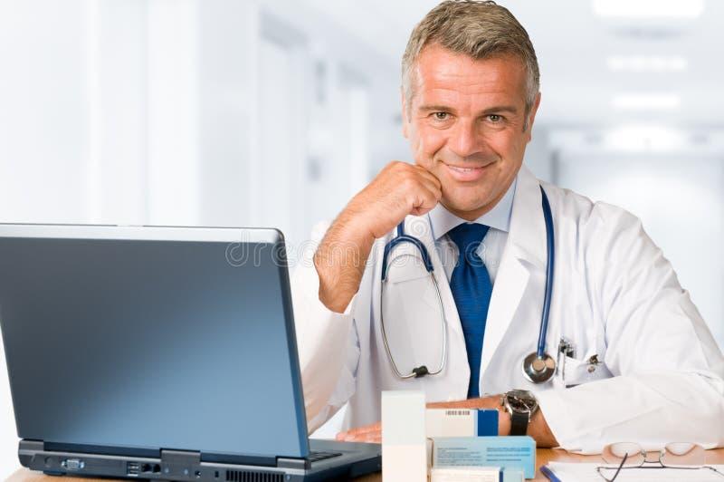 Doktor, der im Büro arbeitet lizenzfreie stockbilder