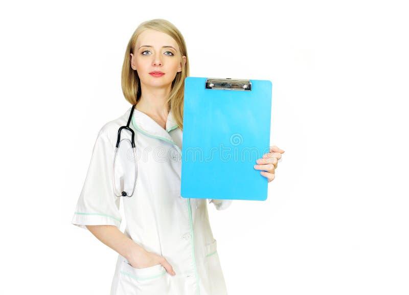Doktor, der leeres Klemmbrettzeichen zeigt stockfoto