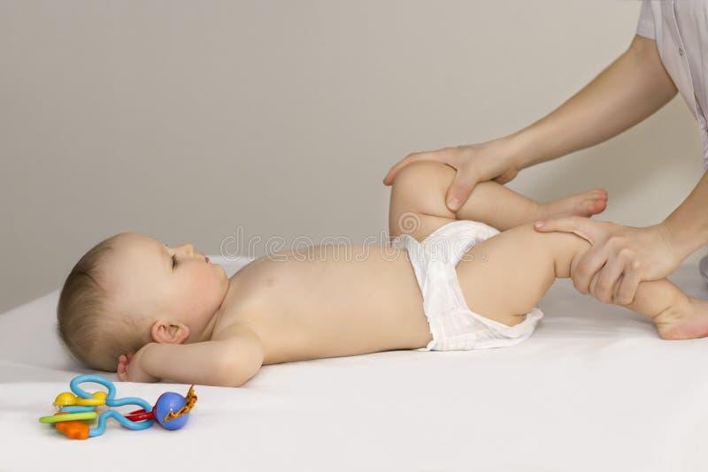 Doktor, der Massagefußbaby tut lizenzfreies stockbild
