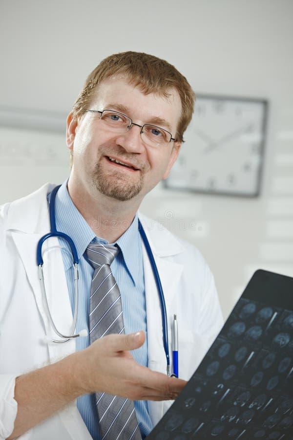 Doktor, der medizinischen Scan betrachtet lizenzfreie stockfotos