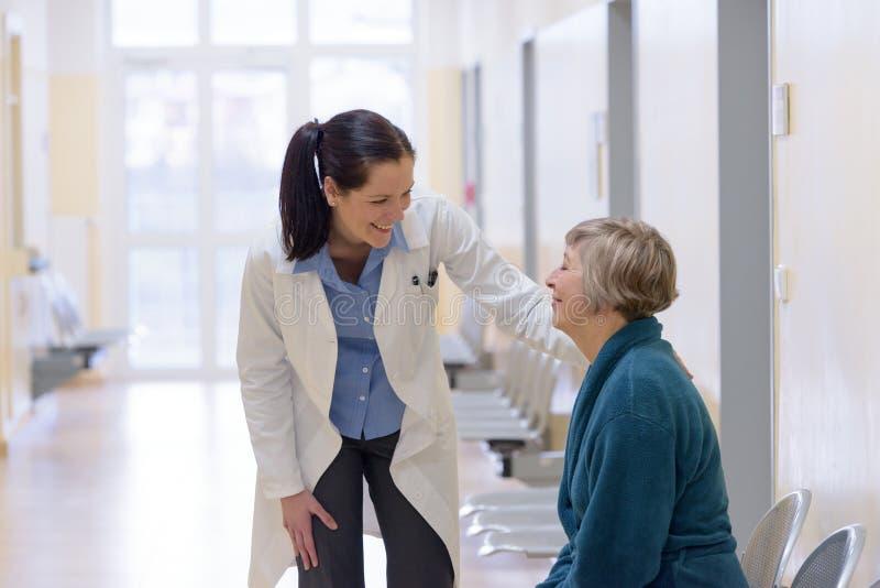 Doktor, der mit älterem Patienten spricht stockfoto
