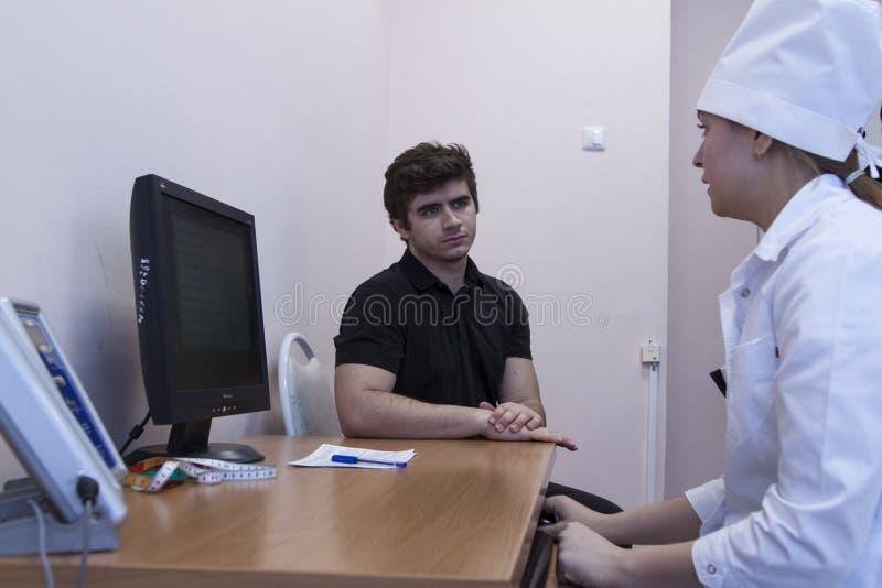 Doktor, der mit ihrem Patienten spricht lizenzfreie stockbilder