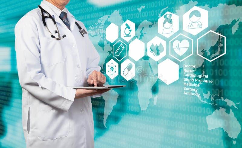 Doktor, der mit Tablette auf medizinischem Konzept arbeitet stockbild