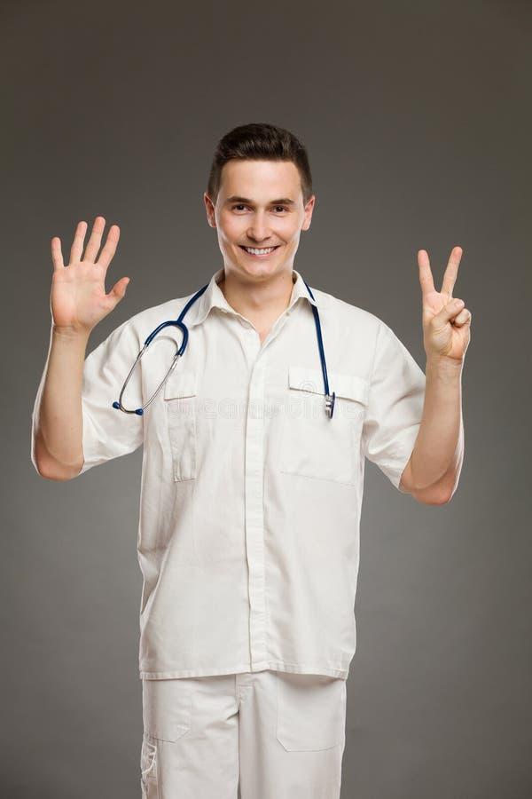 Doktor, der Nr. sieben zeigt stockfotografie