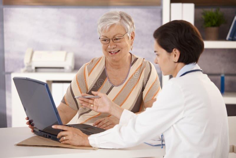 Doktor, der Patienten erklärt lizenzfreies stockfoto