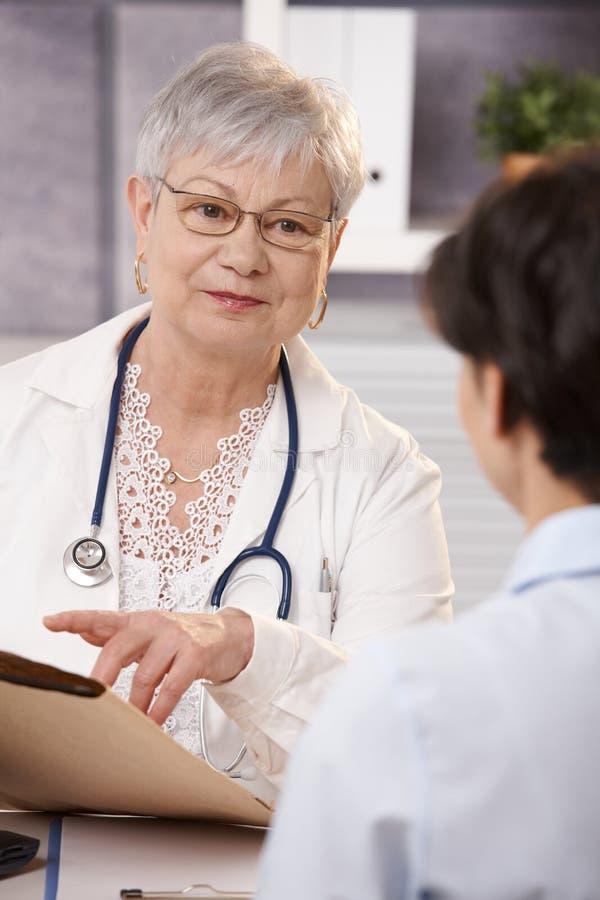 Doktor, der Patienten erklärt lizenzfreie stockfotos