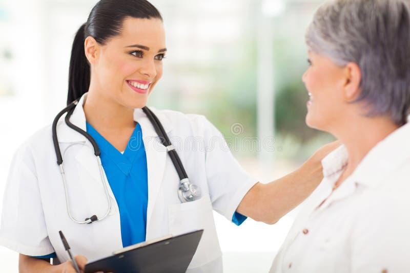 Doktor, der Patienten tröstet stockbilder