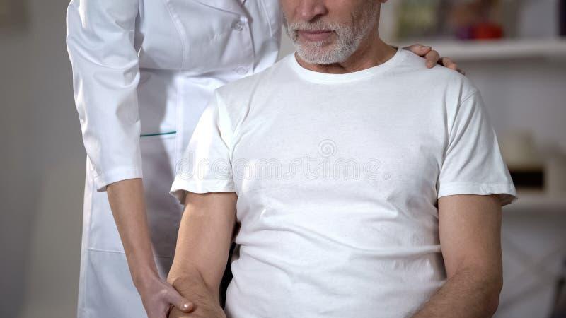 Doktor, der Pensionäre hält, übergeben und helfen, nach Krankheit, Wiederaufnahme zu rehabilitieren stockfotografie
