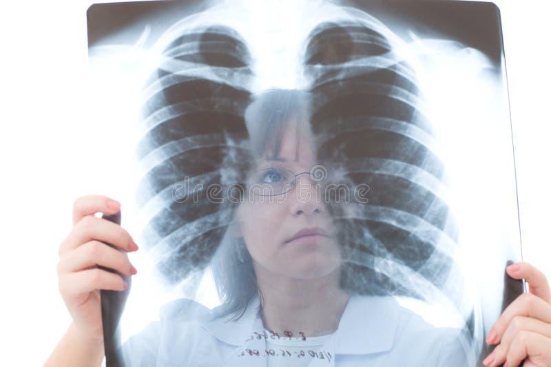 Doktor, der Röntgenstrahl betrachtet lizenzfreie stockbilder