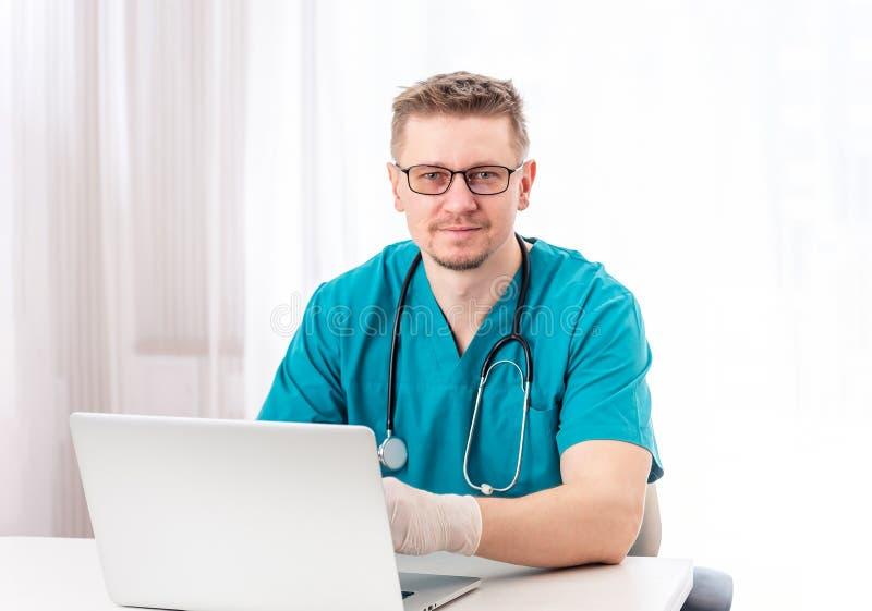 Doktor, der in seinem Kabinett sitzt lizenzfreie stockbilder
