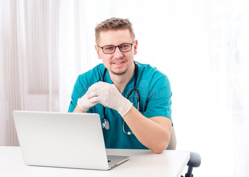 Doktor, der in seinem Kabinett sitzt lizenzfreies stockfoto