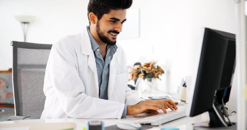 Doktor, der seinen Computer schreibt und verwendet lizenzfreie stockbilder