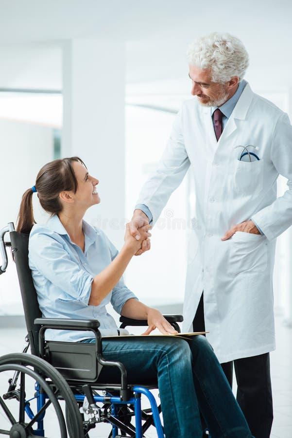 Doktor, der seinen neuen Patienten trifft lizenzfreie stockfotografie