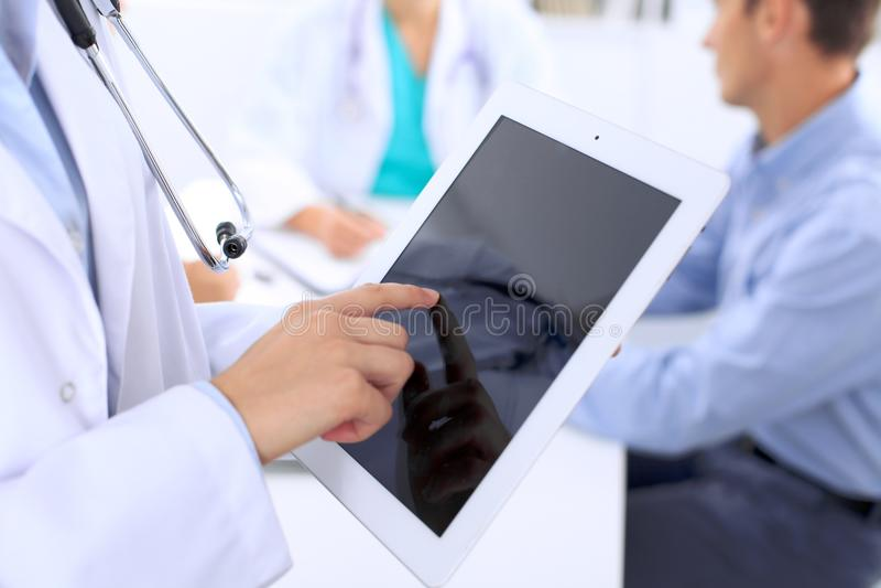 Doktor, der Tablet-Computer, Nahaufnahme von Händen am Notenauflagenschirm verwendet stockfotografie