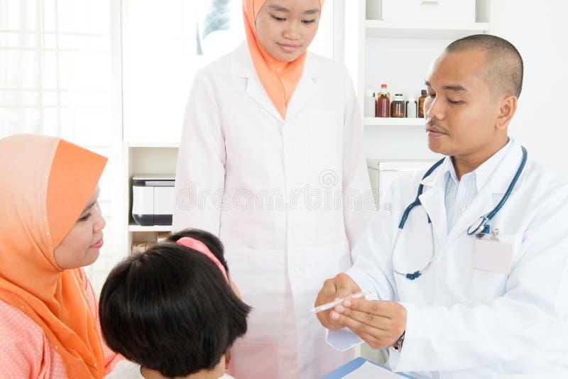 Doktor, der Temperatur des kranken Patienten überprüft lizenzfreie stockfotos