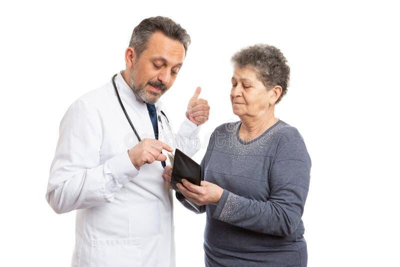 Doktor, der um mehr Geld vom Patienten bittet stockbild