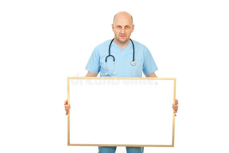 Doktor, der unbelegtes Schild anhält stockbild