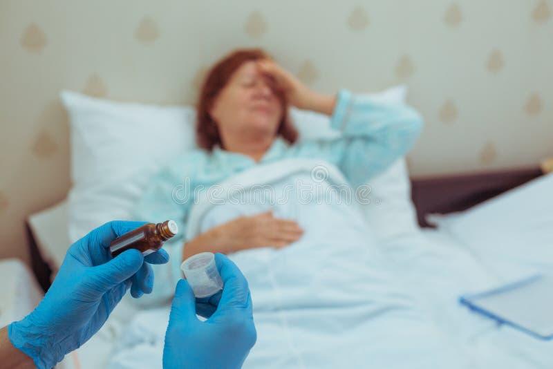 Doktor, der zu geduldige Medikamente gibt lizenzfreies stockbild