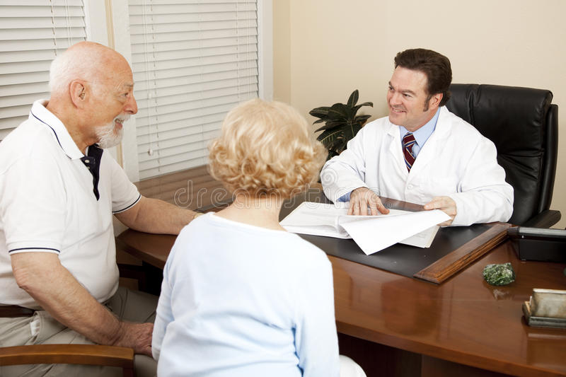 Doktor Discussing Treatment Plan lizenzfreie stockfotografie