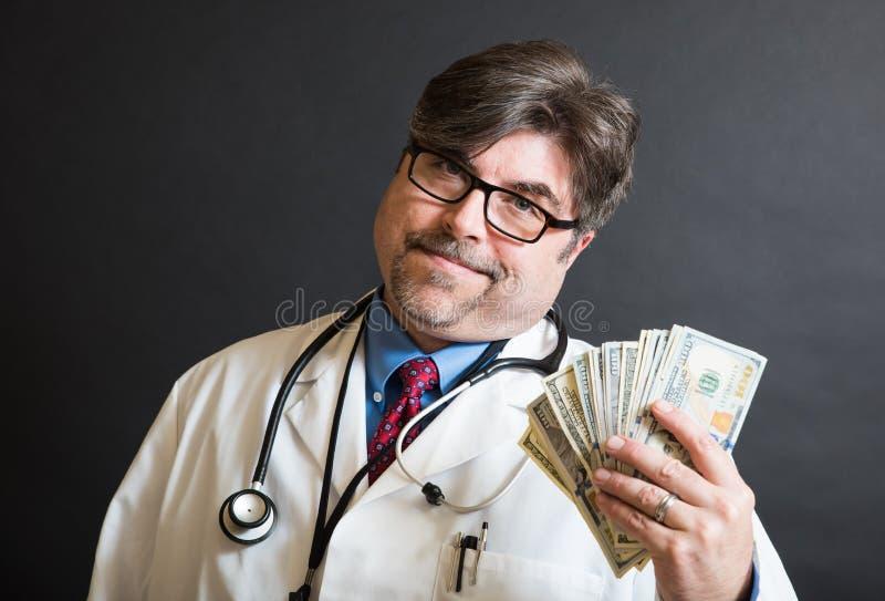 Doktor Displaying Cash! stockbild