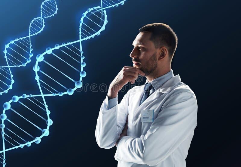 Doktor eller forskare i det vita laget med dna royaltyfri fotografi