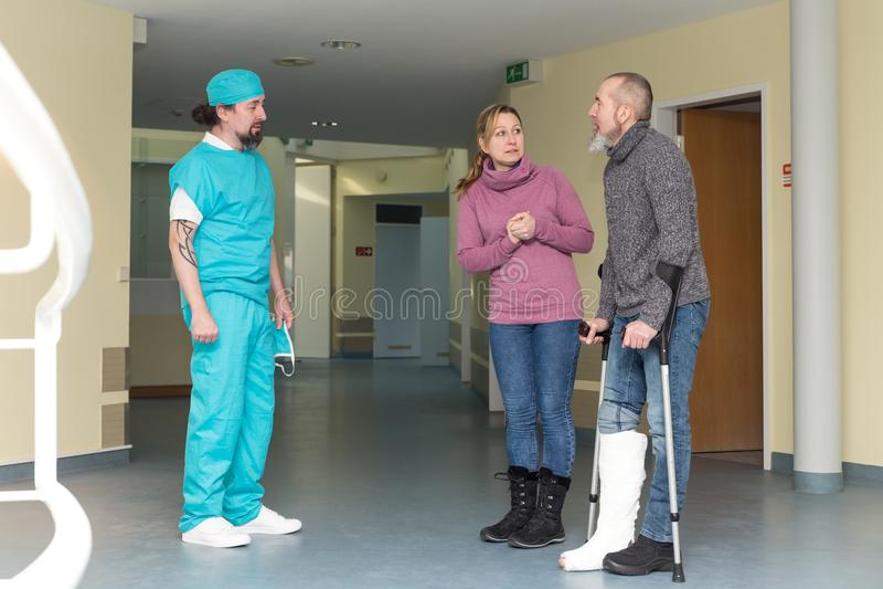 Doktor eller kirurg med patienten och kvinnan royaltyfri bild