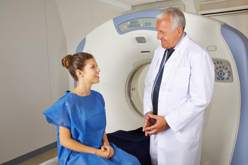 Doktor erklärendes MRI zum Patienten stockbilder
