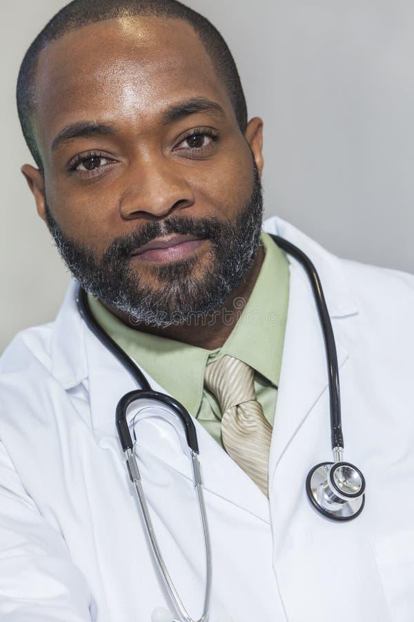 Doktor för afrikansk amerikanmanmanlig royaltyfria bilder