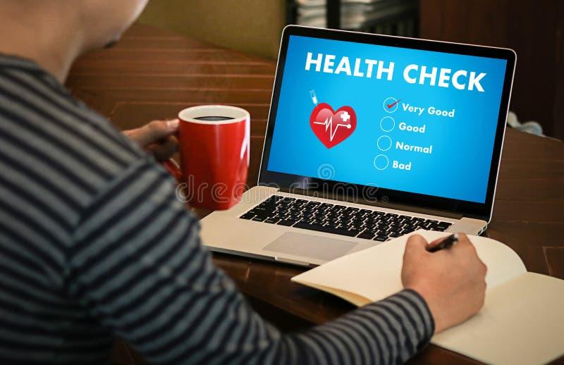Doktor för begrepp för sjukvård Digital för vård- kontroll som arbetar med komp royaltyfria foton