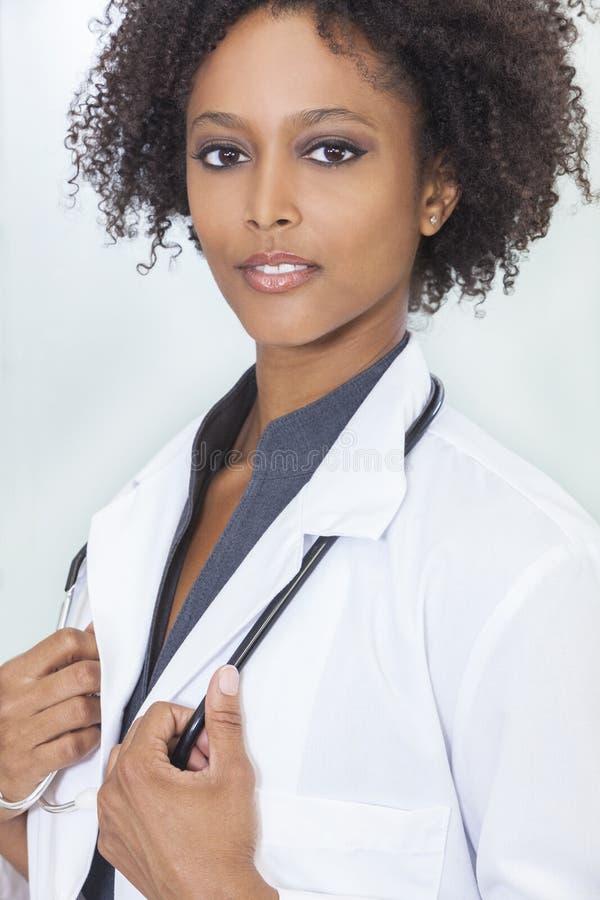 Doktor för sjukhus för afrikansk amerikankvinnligkvinna royaltyfria bilder