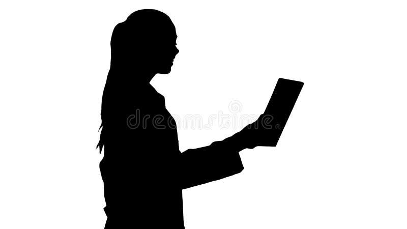 Doktor för ung kvinna för kontur som rymmer minnestavlan i hennes händer och gör den videopd appellen royaltyfri illustrationer