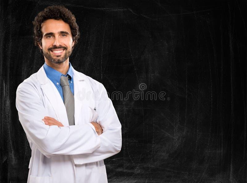 Doktor framme av en svart tavla royaltyfri foto