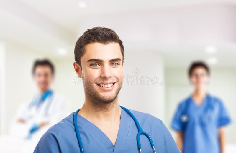 Doktor framme av hans medicinska lag royaltyfria bilder