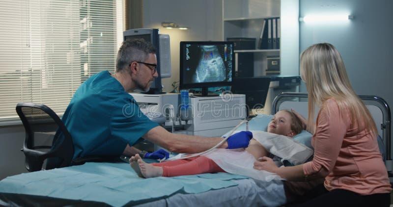 Doktor Giving High Five till flickan royaltyfri bild