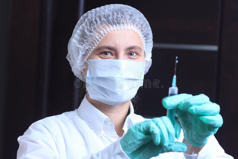 Doktor hält Spritze in seiner Hand Sträflinge und Arme lizenzfreie stockfotos